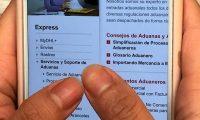 """ACOMPAÑA CRÓNICA: MÉXICO COMERCIO MEX050. CIUDAD DE MÉXICO (MÉXCO), 27/10/2019.- Una persona observa la web de un servicio de mensajería en su teléfono móvil este domingo en Ciudad de México (México). Los mexicanos han superado barreras culturales y tecnológicas, como la confianza y el acceso a Internet, y ello ha impulsado un ambiente favorecedor para la economía digital y un """"boom"""" del comercio electrónico en el país, expresan empresarios del sector consultados por Efe. EFE/Alex Cruz"""