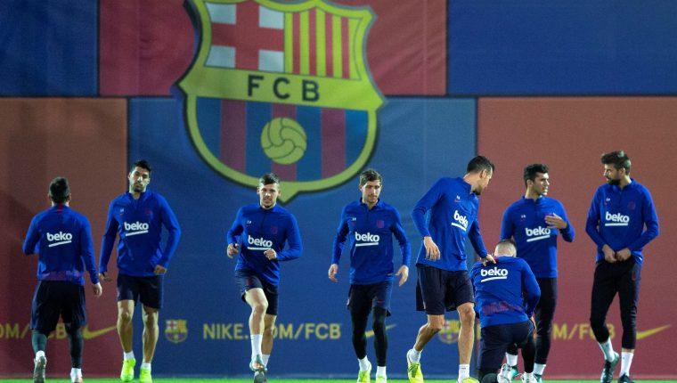 Los jugadores del Barcelona se preparan para recibir este martes al Valladolid. (Foto Prensa Libre: EFE)