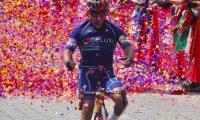 """AME7580. ESQUIPULAS PALO GORDO (GUATEMALA), 29/10/2019. -LLegada a la meta del corredor José Canastú durante la vuelta ciclística a Guatemala en Esquipulas Palo Gordo (Guatemala). El guatemalteco José Canastuj, más conocido como """"El Torito"""", se impuso este martes al colombiano George Tibaquira y ganó la séptima etapa de la vuelta ciclística a Guatemala, donde sigue líder Manuel Rodas. EFE/Douglas Suruy"""