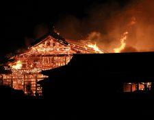 Vista del edificio principal del Castillo Shuri en llamas en Naha, prefectura de Okinawa (Japón). (Foto Prensa Libre: EFE)