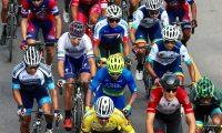 AME8580. CHIMALTENANGO (GUATEMALA), 31/10/2019.- Vista del pelotón este jueves durante la novena etapa de la vuelta ciclística a Guatemala, en Chimaltenango (Guatemala). El guatemalteco Julio Padilla ganó este jueves la novena etapa de la vuelta a Guatemala, la segunda en su cuenta particular, al imponerse al colombiano Bryan Gómez, pero Manuel Rodas ya se perfila como ganador de la competición. Después de disputar los cerca de 125 kilómetros que separan a Pamezabal de El Camán, en Patzicía, Padilla subió primero al podio con un tiempo de 2 horas, 51 minutos y 26 segundos, el mismo que Gómez y el peruano Alonso Gamero, quienes disputaron un taquicárdico esprint. EFE/Douglas Suruy