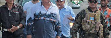 El alcalde Otoniel Lima Recinos (al frente de sombrero café) durante una actividad municipal. (Foto Prensa Libre: Otoniel Recinos/Facebook)
