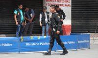 Agentes del MP recaban evidencias en la escena del crimen. (Foto Prensa Libre: Óscar Rivas)