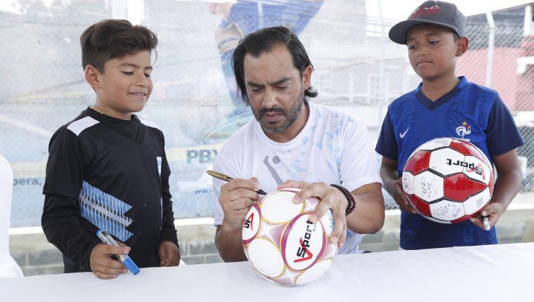 La academia del destacado exfutbolista funcionará en el estadio de gramilla sintética de la colonia Villalobos 1, zona 12.