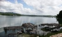 Varias piletas artesanales han sido instaladas en la Laguna de Macanché, en Flores, Petén. (Foto Prensa Libre: Dony Stewart)