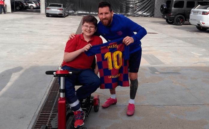 Lionel Messi posó para las cámaras junto al niño Emanuel Arias. (Foto Prensa Libre: Redes)