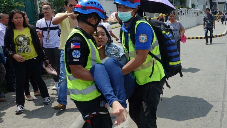 Socorristas trasladan a una persona herida, en Davao. (Foto Prensa Libre: EFE)