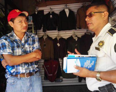 Agentes de la PNC informan a comerciantes del mercado de la zona 1 de Cobán, Alta Verapaz, sobre los delitos de explotación y trata de personas. (Foto Prensa Libre: Cortesía)