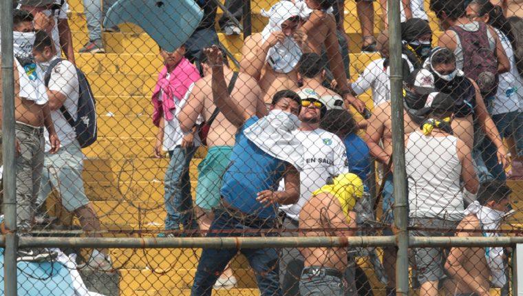 La imagen habla por si sola. Daños al estadio Doroteo Guamuch al final del Clásico 308. (Foto Prensa Libre: Norvin Mendoza)