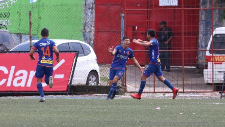 Luis de León celebra el primer gol para Municipal. (Foto Prensa Libre: Raúl Juárez)