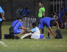 Pedro Altán, tras abandonar el terreno de juego. (Foto Prensa Libre: Cortesía Fedefut)
