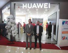 En la nueva Huawei Experience Store está disponible toda la gama de productos para los amantes de los teléfonos Huawei. Foto. Prensa Libre: Norvin Mendoza