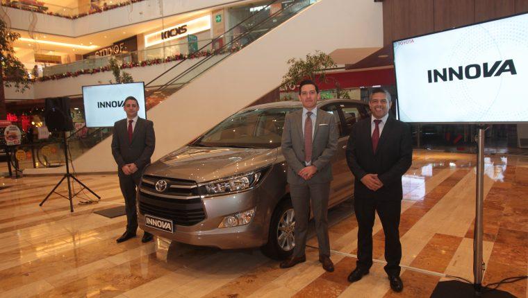 Ejecutivos de Grupo Cofiño presentaron la nueva camioneta Innova. FPrensa Libre: Norvin Mendoza