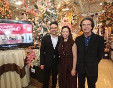 El cantante Carlos Peña y ejecutivos de Cemaco, inauguraron la temporada navideña Foto Prensa Libre: Norvin Mendoza