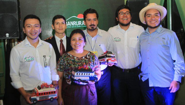 Banrural premió a los ganadores del programa Desafío los Encuentros. Foto Norvin Mendoza