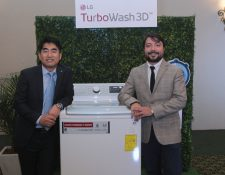 Donghun Lee presidente de LG Electronic´s  y Mario Escobar gerente de operaciones de La Curacao presentaron la nueva lavadora. Foto. Prensa Libre: Norvin Mendoza