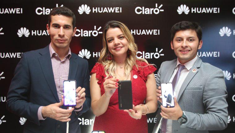 Javier López gerente de comunicación y mercadeo Huawei CBG Gutemala, Paola Maldonado gerente de canales de venta y distribución, y Wilder Velásquez gerente de entrenamiento para Guatemala de Huawei CBG. (Foto Prensa Libre: Norvin Mendoza)