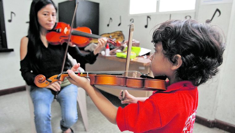 Un niño aprende a tocar violín en el Conservatorio Nacional de Música, Germán Alcántara, institución que, como todas las ligadas al arte, podría resultar afectada con el recorte presupuestario. (Foto Prensa Libre: Hemeroteca PL