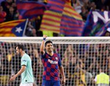 Luis Suárez celebra mientras su compatriota Diego Godín sale triste en el Camp Nou. (Foto Prensa Libre: AFP)