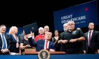 """El presidente de EE. UU., Donald Trump, quiere buscar la forma de """"manchar"""" a su opositor político, Joe Biden. (Foto Prensa Libre: AFP)"""