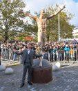 Zlatan Ibrahimovic inauguró una estatua en Suecia. (Foto Prensa Libre: AFP)