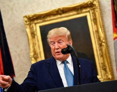 Donald Trump, habla antes de otorgar la Medalla de la Libertad al ex fiscal general Edwin Meese durante una ceremonia en la Oficina Oval en la Casa Blanca en Washington, (Foto Prensa Libre: AFP)