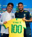 Neymar luce orgulloso la camisola de sus cien partidos con Brasil. (Foto Prensa: AFP)