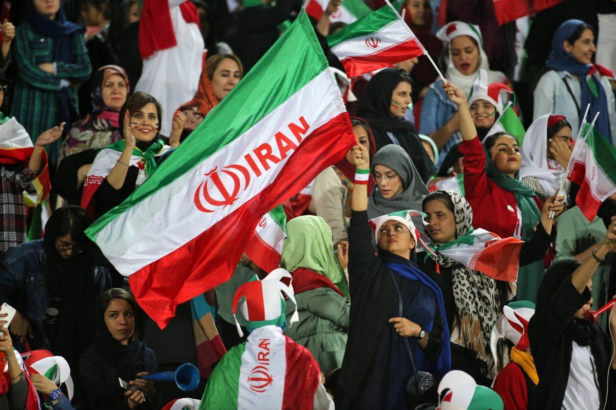 Mujeres iraníes asisten libremente a un partido de futbol por primera vez en décadas