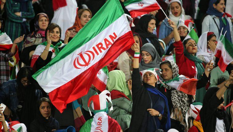Las mujeres iraníes pudieron entrar a los estadios sin ningún problema en el partido de su selección. (Foto Prensa Libre: AFP)