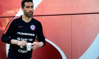 Chile's goalkeeper Claudio Bravo is pictured during a training session at La Manga Club Football Centre in Cartagena on October 11, 2019 on the eve of the international friendly football match Chile vs Colombia. (Photo by JOSE JORDAN / AFP)