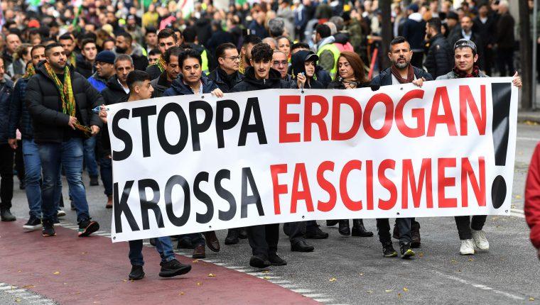 """Kurdos participan en una manifestación con una pancarta que decía """"Alto a Erdogan, aplasta el fascismo"""" en Estocolmo, Suecia, el 12 de octubre de 2019, para apoyar a los militantes kurdos mientras Turquía sigue atacando las ciudades fronterizas. (Foto Prensa Libre: AFP)"""