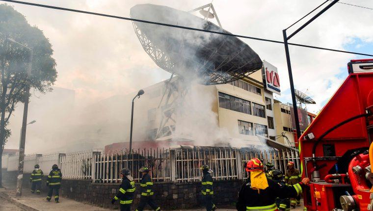 El canal Teleamazonas fue atacadas este sábado por la tarde por manifestantes en Ecuador. (Foto Prensa Libre: AFP)