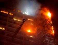 Las llamas envuelven el emblemático edificio Enel en el centro de Santiago el 18 de octubre de 2019. (Foto Prensa Libre: AFP).