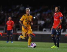 Leobardo Lopez, de Veracruz, observa como Eduardo Vargas, de Tigres, conduce el balón en el partido del sábado.  (Foto Prensa Libre: AFP).