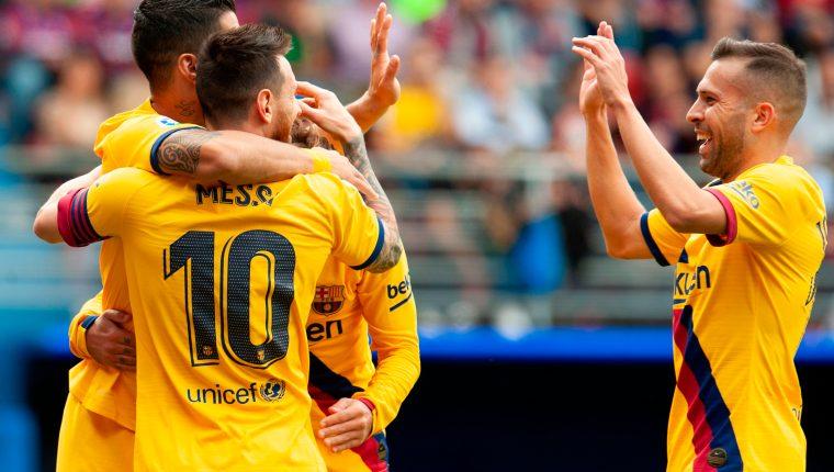 Los jugadores del Barcelona festejan la anotación de Messi en el partido contra el Eibar. (Foto Prensa Libre: AFP).