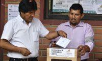 El presidente y candidato presidencial de Bolivia, Evo Morales, emitió su voto durante las elecciones presidenciales en Villa 14 de Septiembre, Chapare, departamento de Cochabamba, Bolivia, (Foto Prensa Libre AFP)