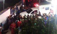 Vecinos de Cipresales, Nebaj, Quiché, se aglomeran frente al Hospital Nacional, a donde llevaron a una mujer y sus dos hijos y al agresor de estos, a quien querían linchar. (Foto Prensa Libre: Cortesía)