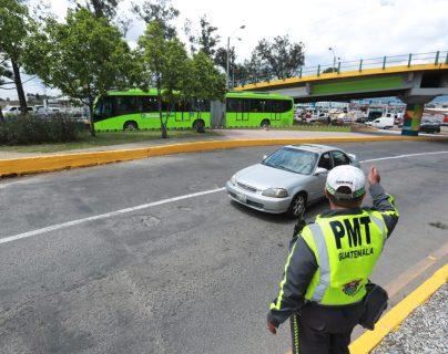 Un agente de tránsito coordina el paso de vehículos hacia la 11 avenida de la zona 12, debido a que el semáforo tiene desperfectos.(Foto Prensa Libre: Juan Diego González)