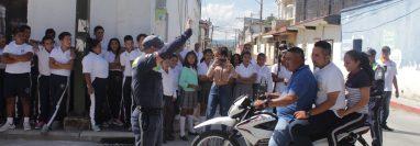 En Jutiapa es común que las personas sobrecarguen los vehículos y que se conduzcan sin casco protector. (Foto Prensa Libre: Tomada de Facebook)