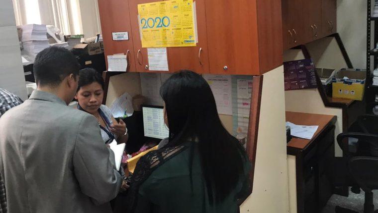 Delegados de la Procuraduría de los Derechos Humanos entrevista a una oficial del Juzgado de Mayor Riesgo D luego de una denuncia anónima que señala a la jueza Erika Aifán de supuestamente presionar a personal. (Foto Prensa Libre: Miriam Figueroa)