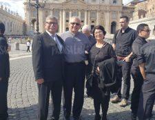 Monseñor Álvaro Ramazzini junto a la comitiva guatemalteca que lo acompaña en Ciudad del Vaticano, donde el Papa lo proclama cardenal. (Foto Prensa Libre: Otoniel Fernández)