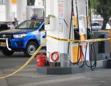 Agentes de la Policía Nacional Civil resguardan una gasolinera en la zona 9, donde ocurrió un ataque armado. (Foto Prensa Libre: Carlos Ovalle)