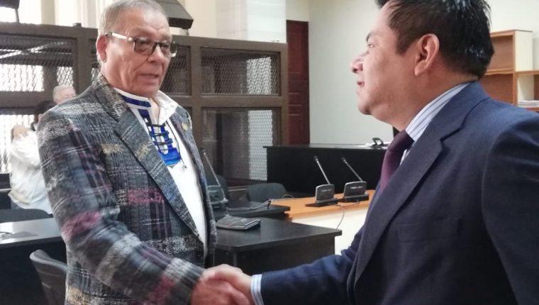 Manuel Benedicto Lucas García y Santiago Choc se saludan al terminar diligencia en el Juzgado de Mayor Riesgo B. (Foto Prensa Libre: Edwin Pitán)
