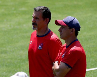 Bini (derecha) no estará en el banquillo rojo. Su lugar lo ocupará Gustavo Reynoso. (Foto Prensa Libre: Carlos Vicente)