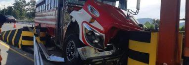 Bus que se accidentó en el peaje de la autopista Palín-Escuintla. (Foto Prensa Libre: @SantosDalia).