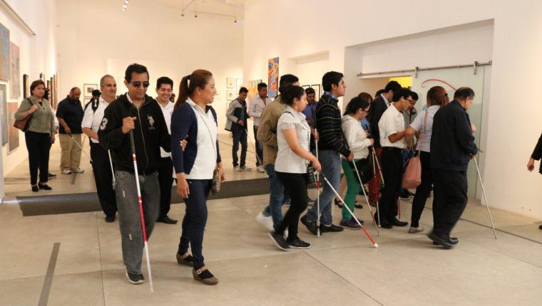 Con el uso del bastón blanco, muchas personas con discapacidad visual se movilizan sin complicaciones. (Foto Prensa Libre: Cortesía)