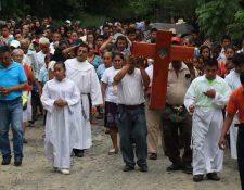 Feligreses católicos llevaron a cabo una peregrinación por el aniversario de la beatificación de los mártires de Izabal. (Foto Prensa Libre: Dony Stewart)