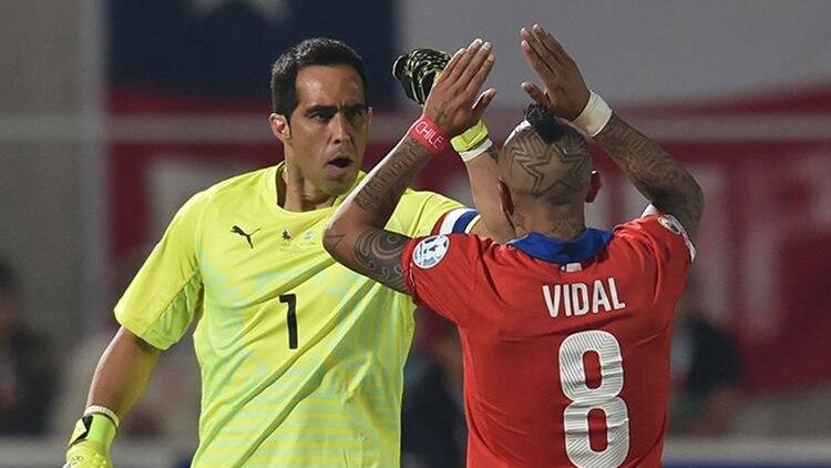 El guardameta Bravo le mostró su respaldo al pueblo chileno, ante los problemas sociales. (Foto Prensa Libre: AFP)