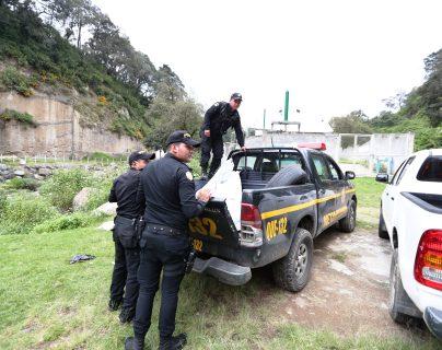 Los restos de Cleto González fueron trasladados en una patrulla al Inacif para la necropsia. (Foto Prensa Libre: María Longo)