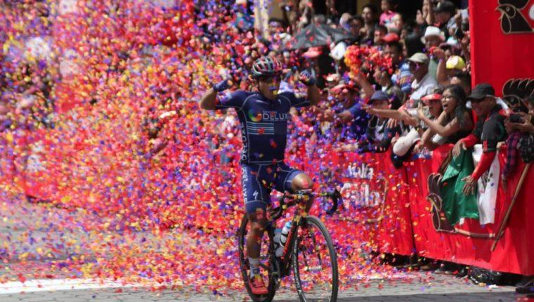 José Canastuj celebra al momento de ingresar a la meta, en la séptima etapa. (Foto Prensa Libre: Cortesía CDAG)